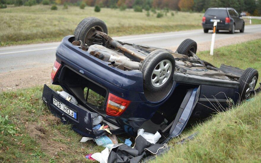 В Лаздийском районе перевернулся Opel, пострадали две девушки
