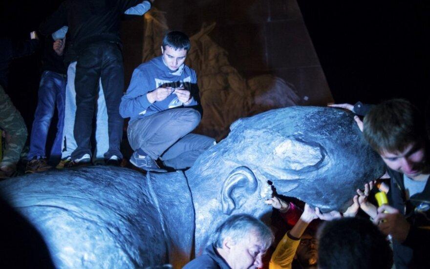 СМИ: о чем говорит снос советских памятников на Украине?