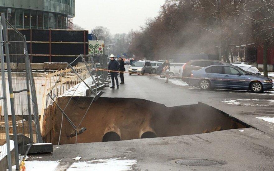 В Вильнюсе на дороге образовалась яма, эвакуированы работники