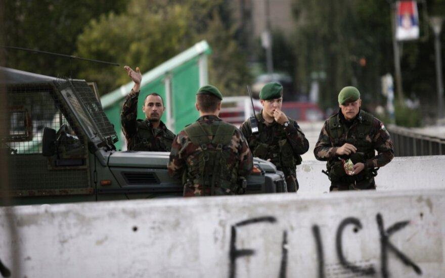 Kosove per serbų protestuotojų susirėmimą su NATO taikdariais sužeisti žmonės