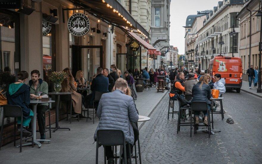 В местах торговли и мероприятий в Литве сохраняется требование дистанции, маски лишь рекомендуются