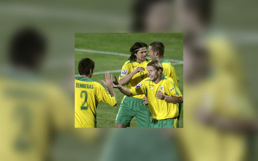 Lietuvos futbolo rinktinės žaidėjai džiaugiasi įvarčiu