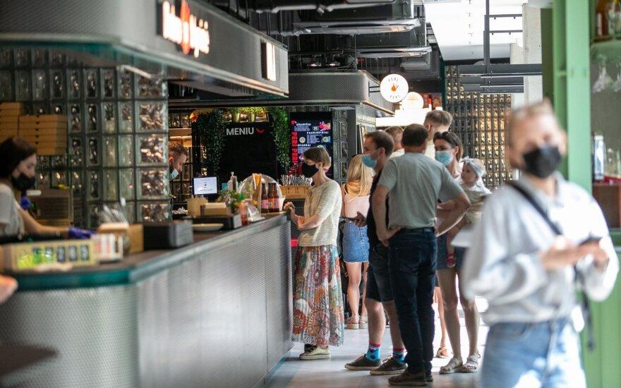 Вильнюсцы ринулись на новый продуктовый рынок: чувствуется расслабленность посетителей из-за требований карантина