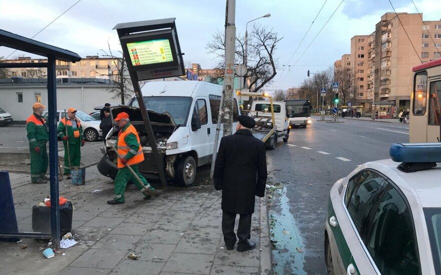 Пьяный водитель в Вильнюсе сбил на остановке женщину