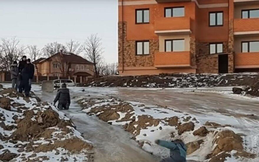 В российском селе дети катаются с горки из фекалий