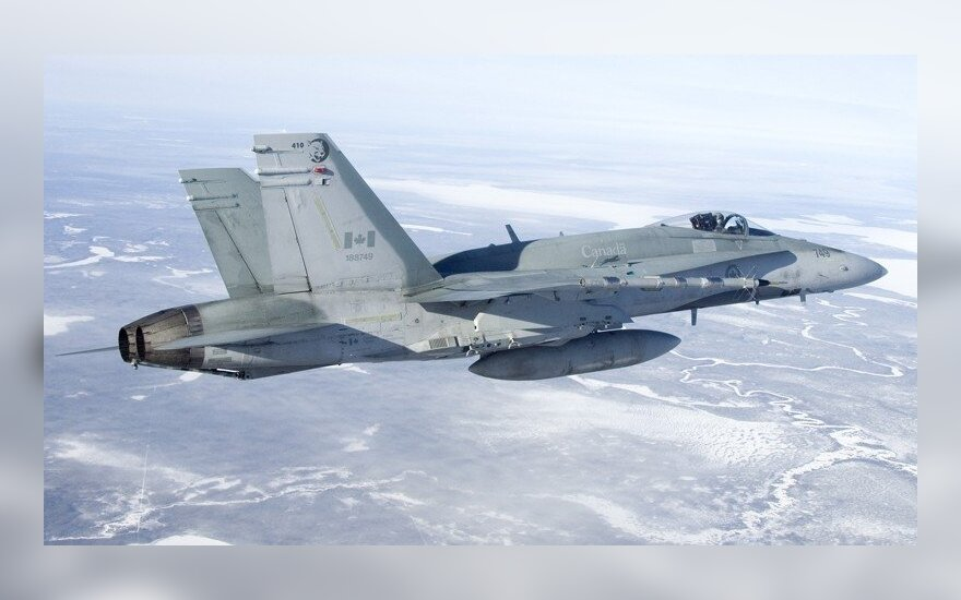 В Шяуляй совершил аварийную посадку канадский истребитель