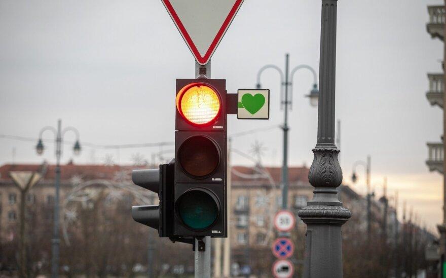 Вильнюсцы в ожидании возвращения табличек с зелеными стрелками развесили зеленые сердечки