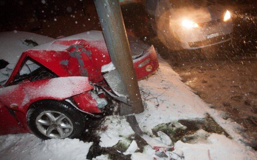 Ночью Mazda врезалась в столб, двое пострадавших оказались в больнице