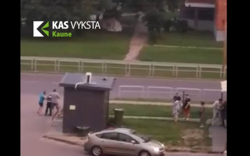 Каунасцы зафиксировали массовую драку: жестоко избит мужчина
