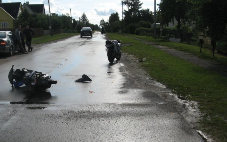 После удара в мотоцикл водитель мопеда доставлен в больницу