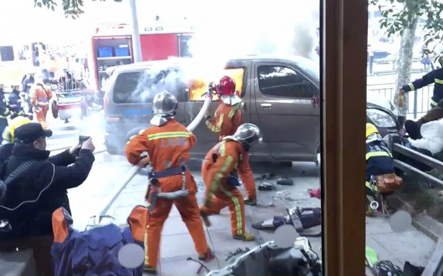 Šanchajuje automobilis įsirėžė į būrį pėsčiųjų