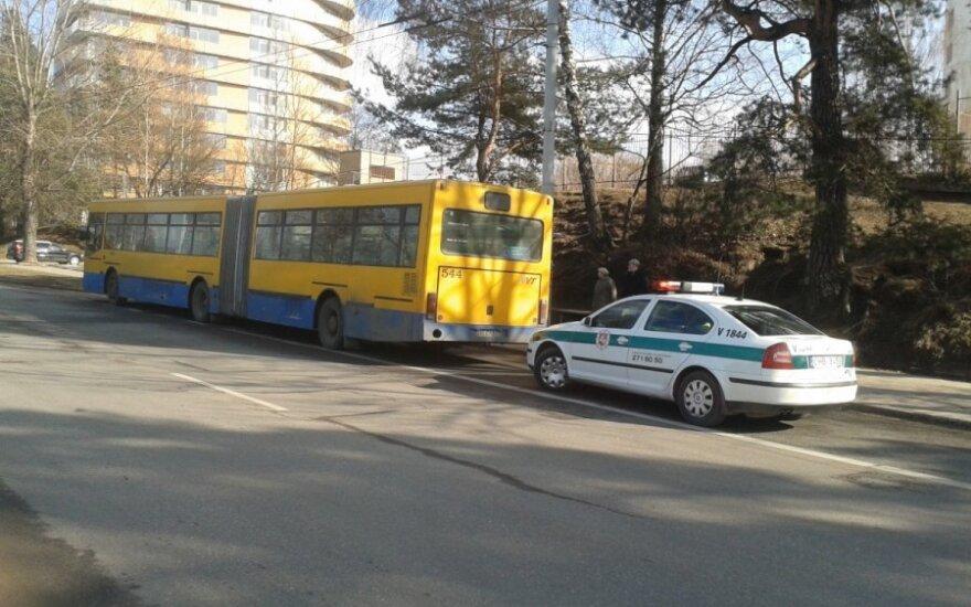 В резко затормозившем автобусе пострадала женщина