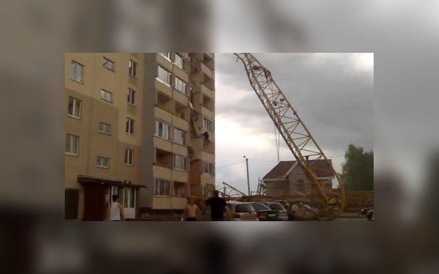 В России строительный кран упал на многоэтажный дом и снес девять балконов (ВИДЕО)