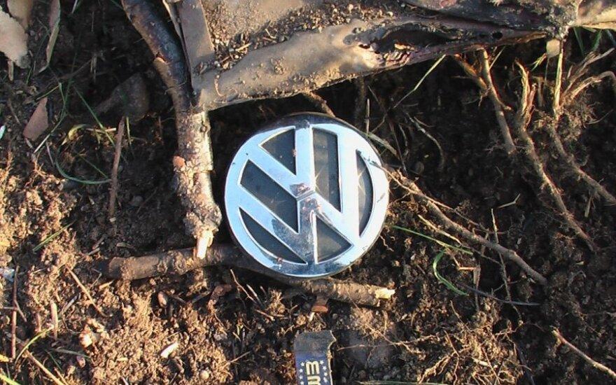 В Биржайском районе в перевернувшемся VW Golf обнаружили труп водителя