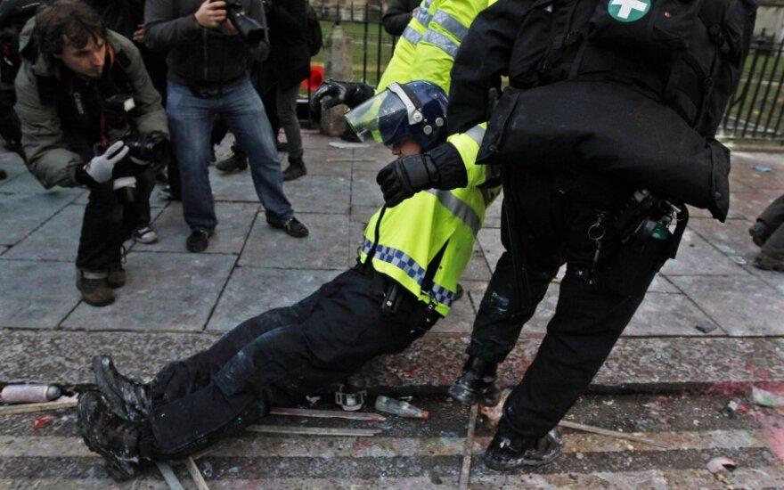 Britanijos studentai susirėmė su policija