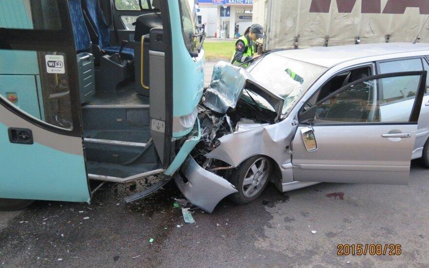 Akimirka iki tragedijos: užmigęs automobilio vairuotojas rėžėsi į autobusą