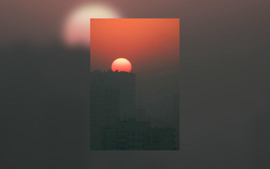 Saulė leidžiasi virš ukanoto Buenos Airėso