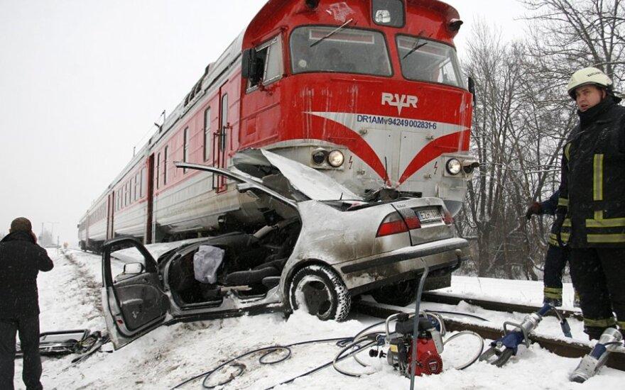 """Marijampolėje traukinys apie 150 metrų stūmė ant bėgių sustojusį """"Saab"""""""