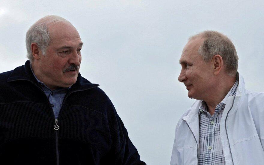 Antrąją susitikimo dieną Putinas su Lukašenka plaukiojo laivu