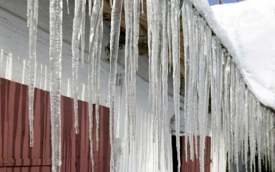 В центре Вильнюса на женщину упала глыба льда
