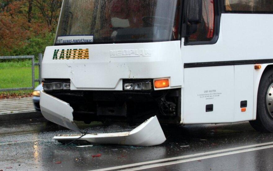В Каунасе столкнулись три автомобиля и автобус, женщина в больнице