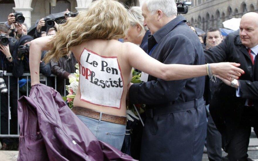 """Pusnuogės """"Femen"""" aktyvistės sutrikdė Le Pen kalbą Paryžiuje"""