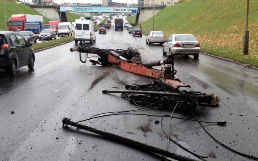 В Вильнюсе грузовик краном задел виадук, нарушено движение по улице Гележине Вилко
