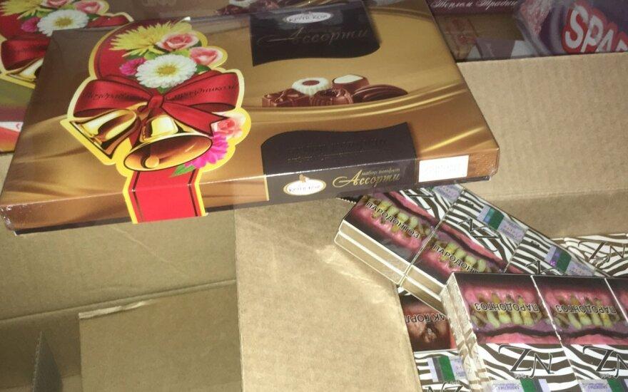 Россиянин прятал контрабандные сигареты среди конфет и печенья