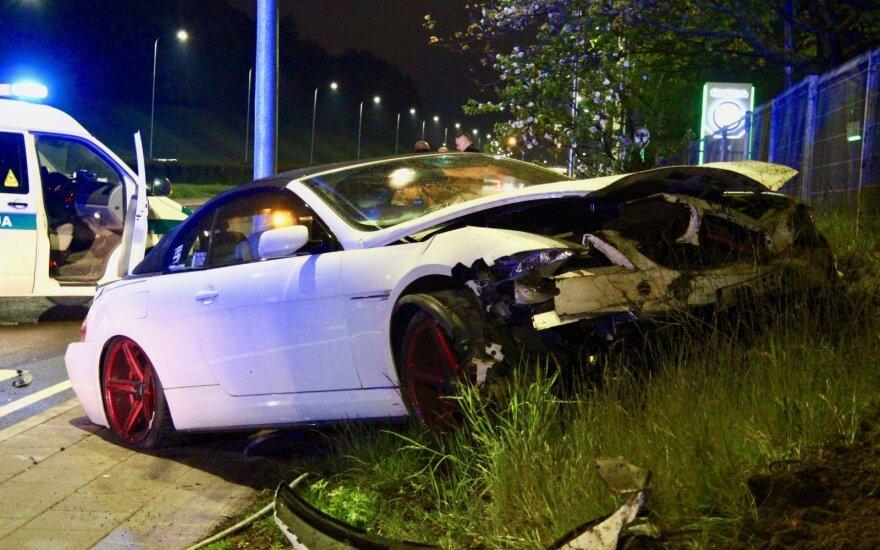 В Вильнюсе с дороги съехал и в заграждения врезался BMW