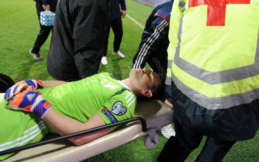 В Акинфеева попали файером: вратарь в больнице, матч Черногория — Россия не доигран