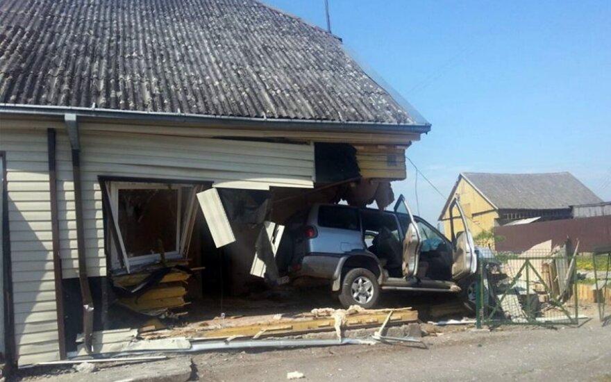 В Каунасском районе внедорожник врезался в дом и застрял в нем