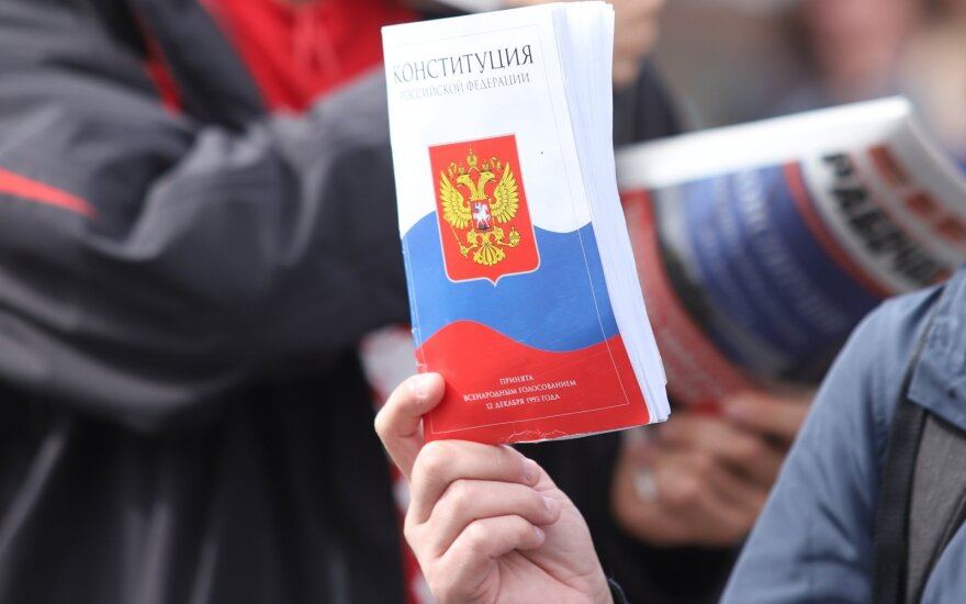 """После поправок к Конституции поправят 100 законов. За тему """"возврата Крыма"""" будут сажать на 10 лет"""