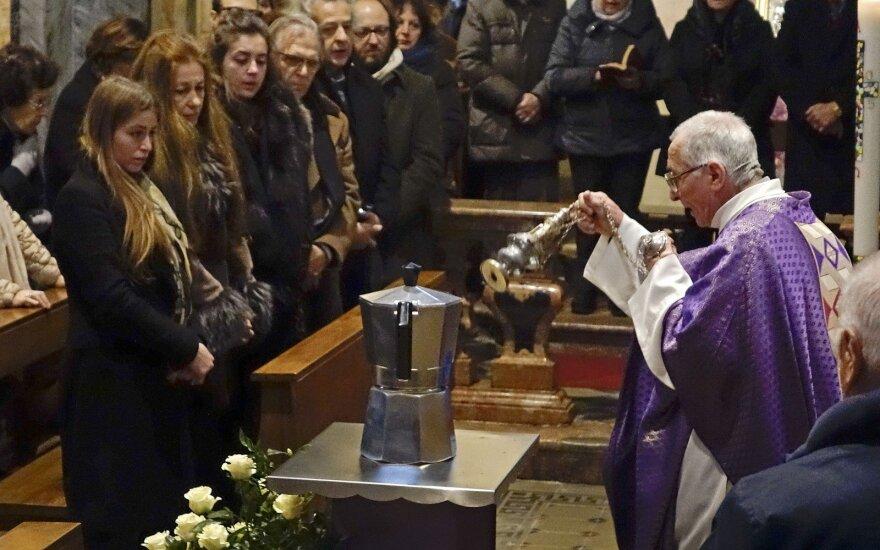 """В Италии """"кофейного короля"""" похоронили в гигантской кофеварке"""