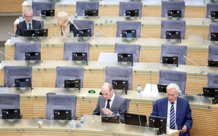 Часть литовских депутатов променяли парламентскую сессию на поездки