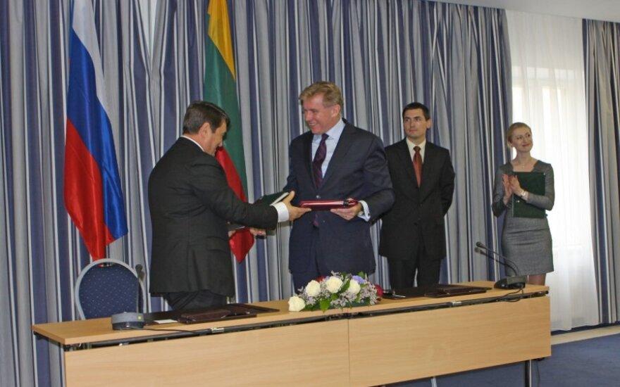 Игорь Левитин и Аудронюс Ажубалис, подписание договора