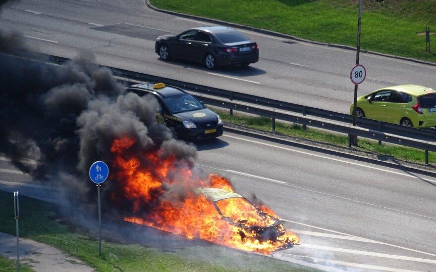 В Вильнюсе около автосалона Porsche сгорел автомобиль BMW