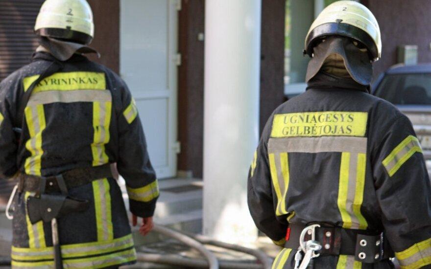 Ночью пожарные спасли из разбитых автомобилей трех человек