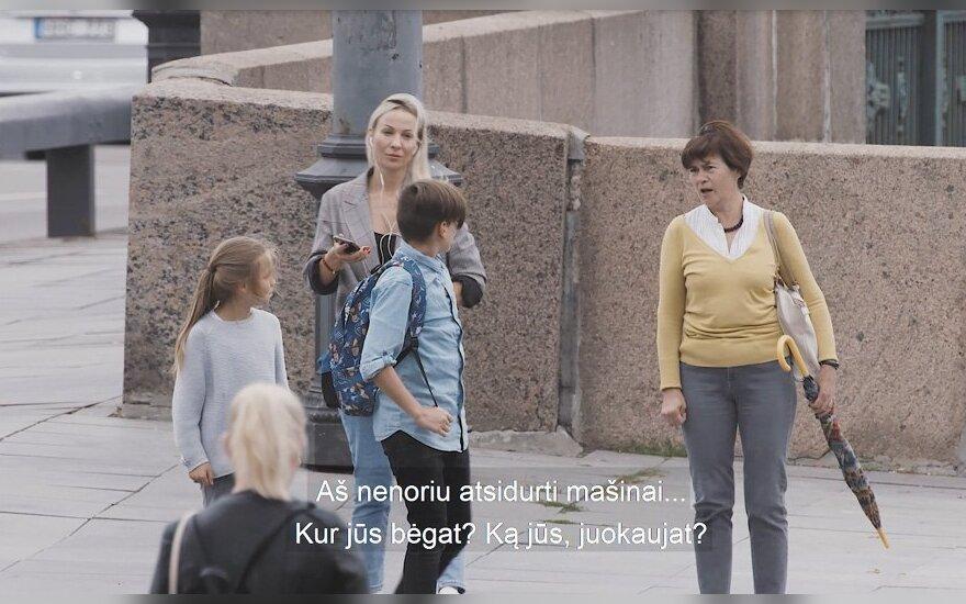 Vaikai prie pėsčiųjų perėjos