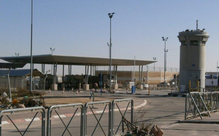 Patikros punktas įvažiuojant iš Vakarų Kranto į Izraelį. Palestiniečiai dirbantys Jeruzalėje skundžiasi, kad kartais ryte tenka prie jo pralaukt po kelias valandas