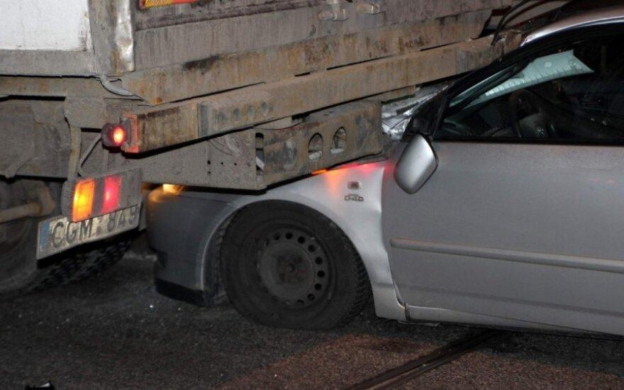 """Greitkelyje """"Toyota"""" nuo smūgio palindo po sunkvežimiu"""