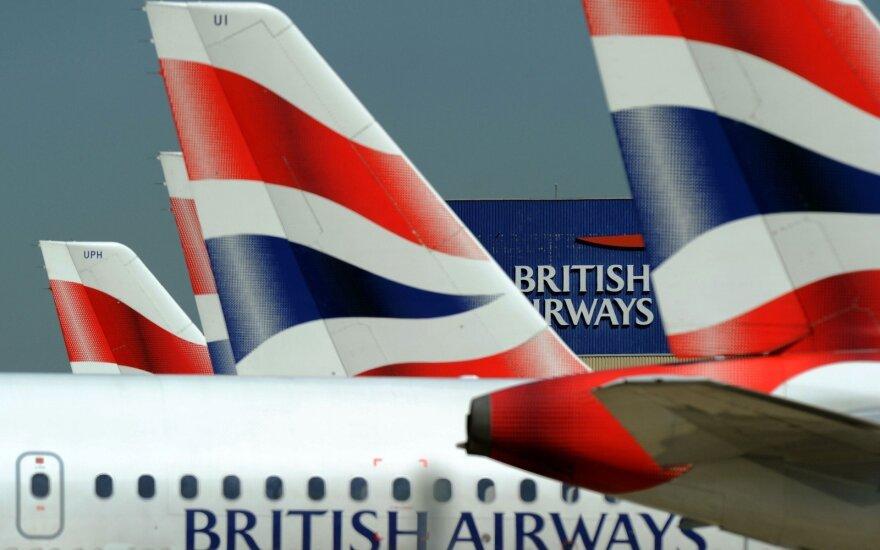ВИДЕО: Ураган помешал самолету приземлиться в аэропорту Лондона