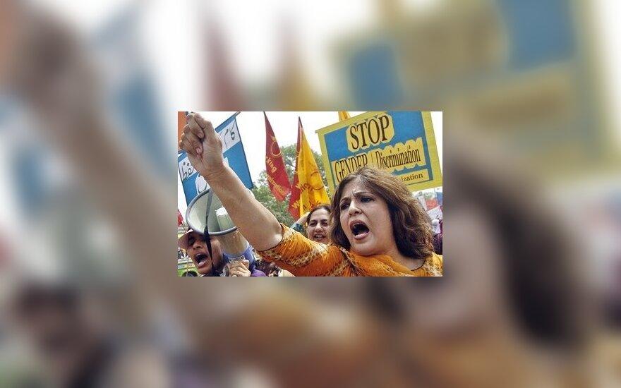 Pakistane moterys reikalauja lygių teisių
