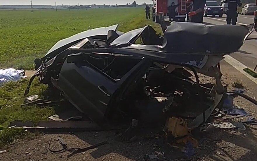 В Кедайняйском районе столкнулись два тягача и легковушка