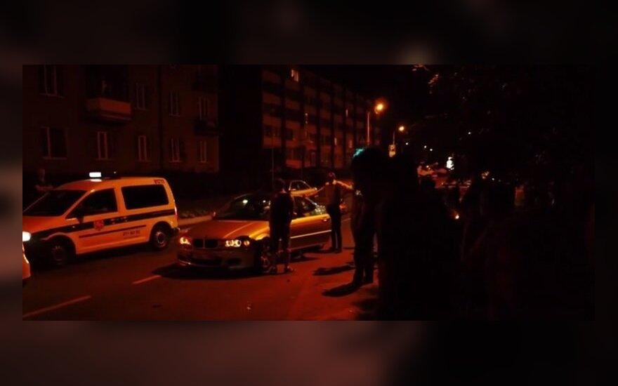 Vilniuje BMW sukėlė avariją ir sudaužė du automobilius