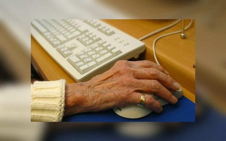 Senolė prie kompiuterio