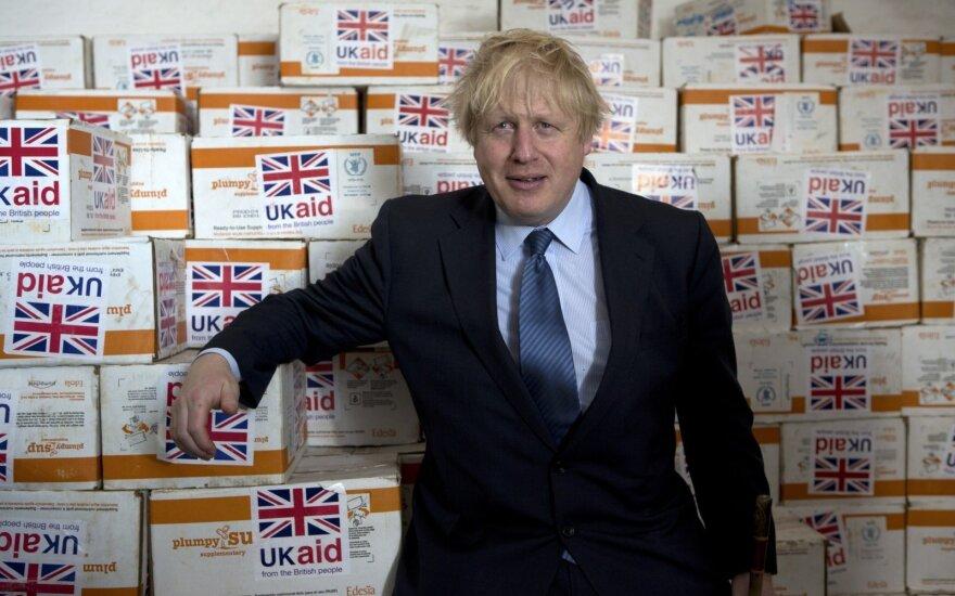 Borisas Johnsonas pozuoja prie maisto siuntos, pristatytos į Somalį