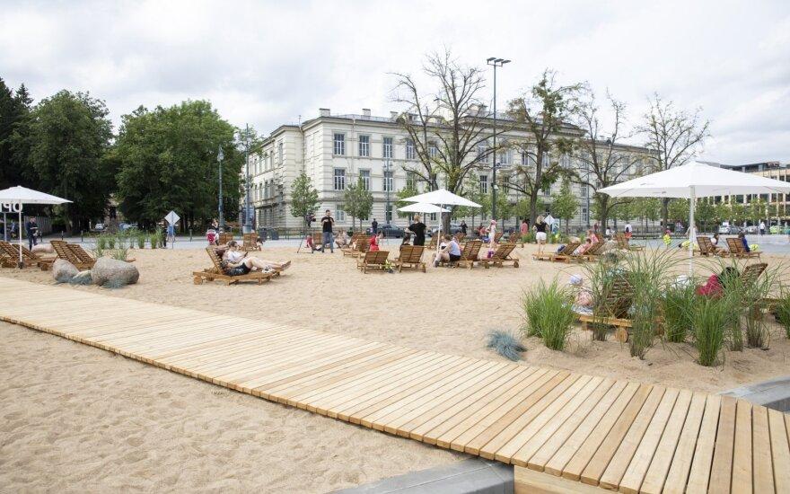 Со столичной Лукишкской площади убирают искусственный пляж