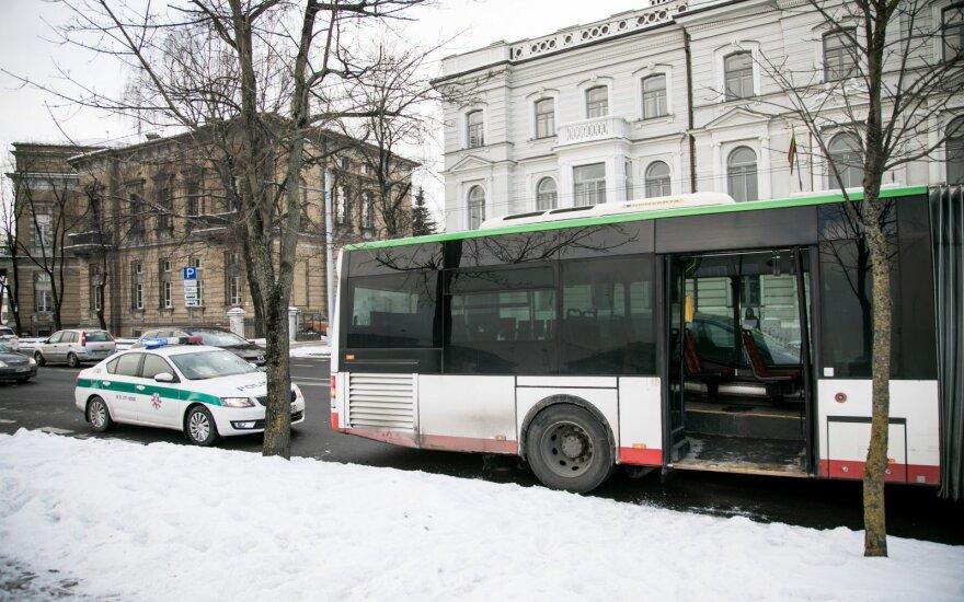 Полиция ищет очевидцев происшествия, во время которого из автобуса выпал мужчина