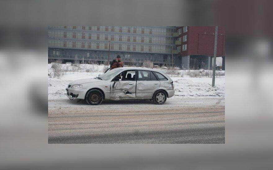 В Вильнюсе Mazda врезалась в остановку