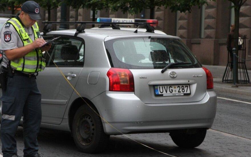 В центре Вильнюса женщина наехала пешеходу на ногу